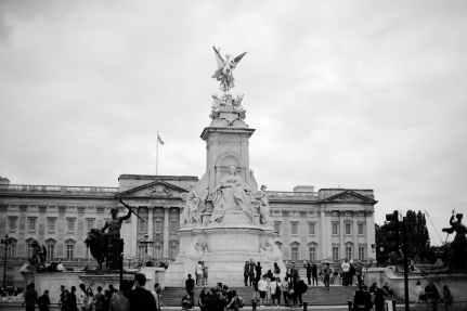 grayscale photography buckingham palace